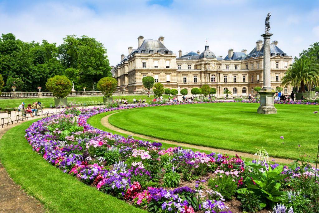 Jardin de Luxembourg vu sur château, gazon et fleurs