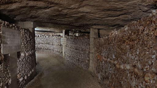 Ossements dans les couloirs du catacombes