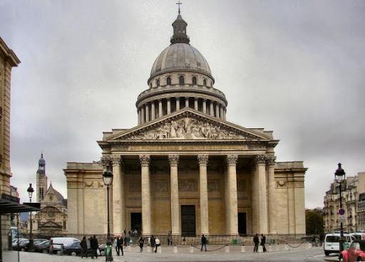 Panthéon de Paris vu de face sous un ciel gris